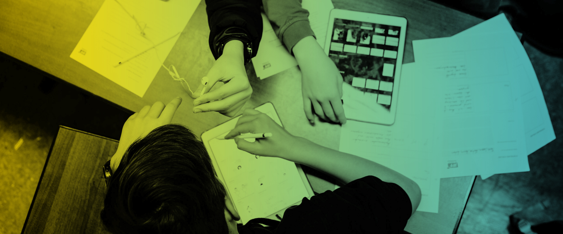 Schüler beim Arbeiten mit Tablets