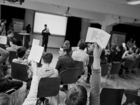 Schüler präsentiert im Plenum